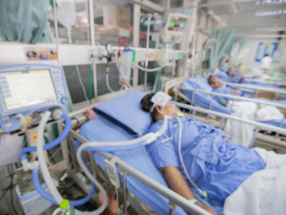 Intensivpatient krankenhaus corona beatmung intensivstation arzt sym