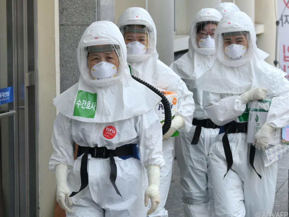 Südkoreanische Krankenschwestern in Schutzkleidung