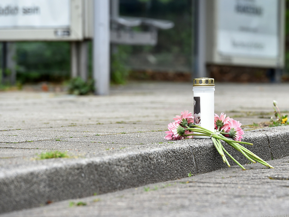 Trauernde brachten eine Kerze und Blumen