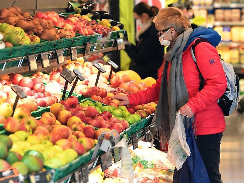 Tröpfeninfektionen sollen durch die Schutzmasken verringert werden supermarkt einkauf lebensmittel obst gemüse