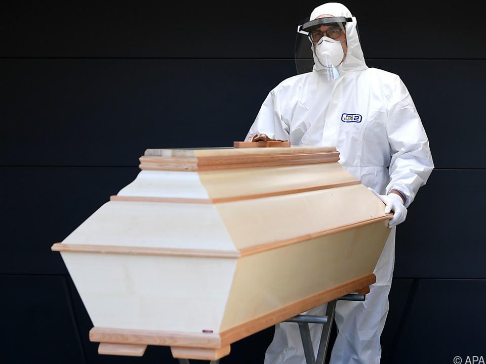 Leiche Corona Tod Sarg Unterschiedliche Zählarten, was Corona-Tote in Österreich betrifft