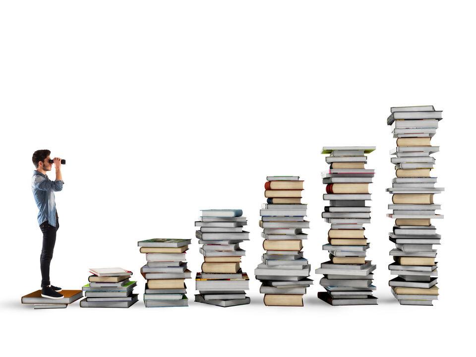 Welttag des Buches quer_shutterstock_496986946_Bücher_Fernrohr