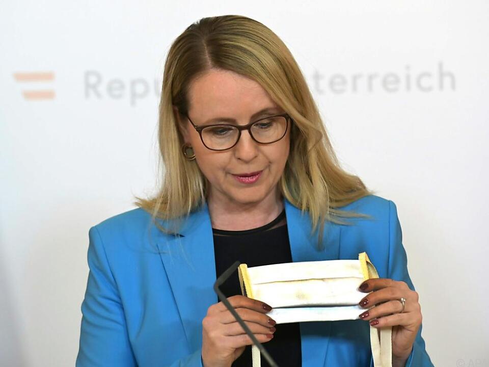 Wirtschaftsministerin Margarete Schramböck präsentiert ein Modell