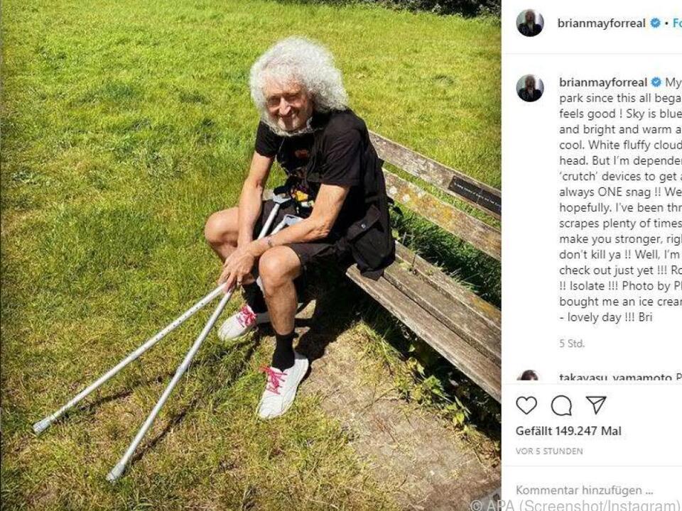 Brian May genießt Sonne und frische Luft