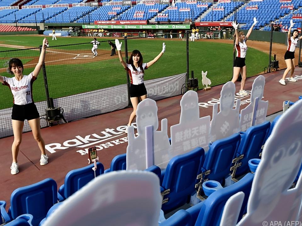 Cheerleader sorgen für Stimmung im Pappfiguren-Publikum