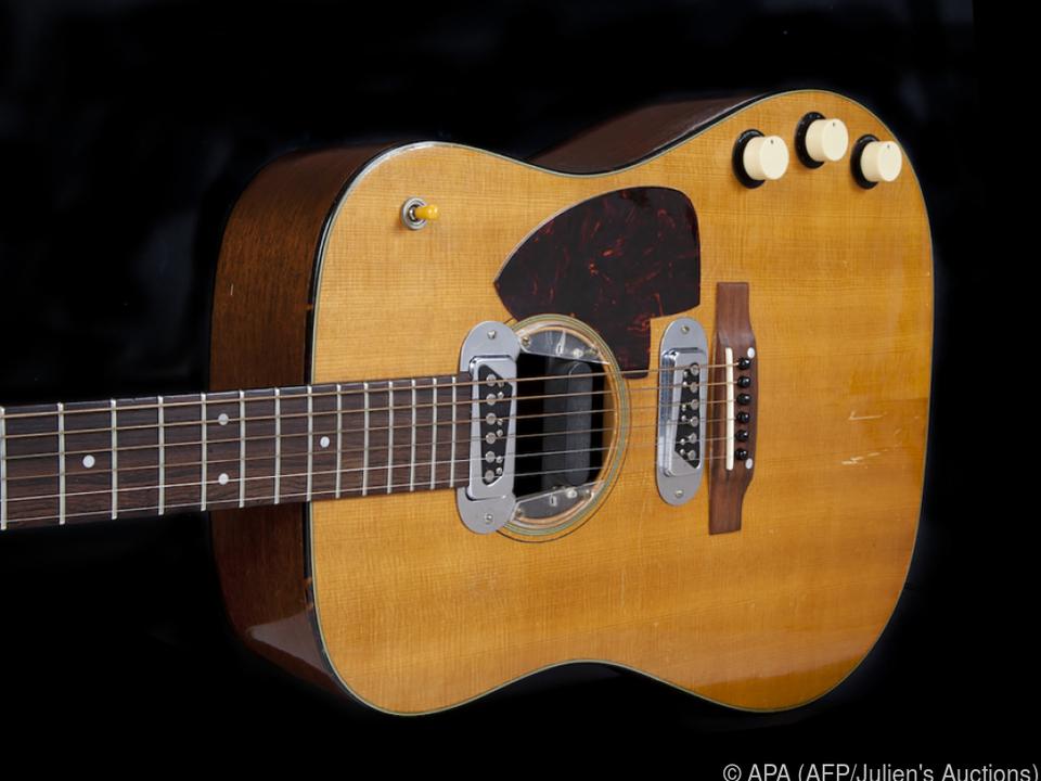 Cobain spielte die Gitarre fünf Monate vor seinem Suizid