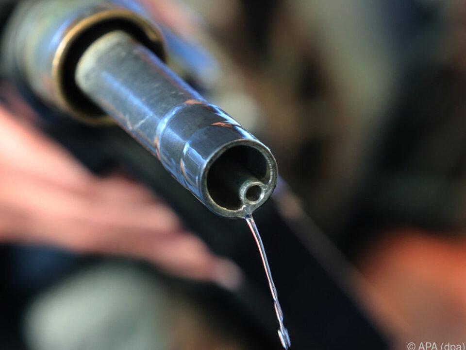 Dämpfend auf die Preise wirkte der Preisrutsch bei Treibstoffen