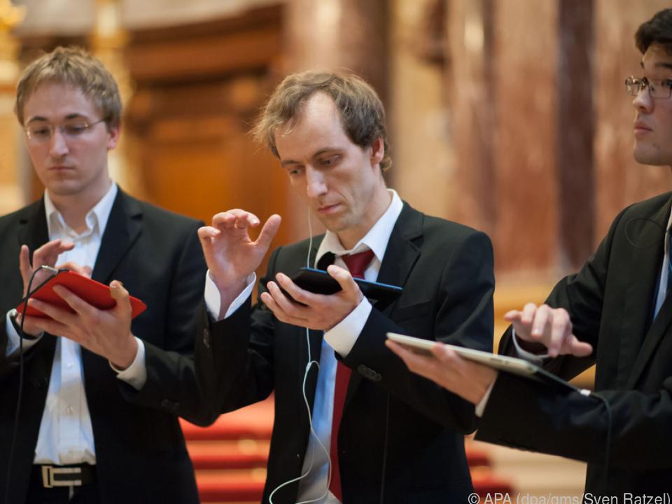 Das Tablet-Trio um Matthias Krebs (m.) spielt mit Apps ein Bach-Konzert