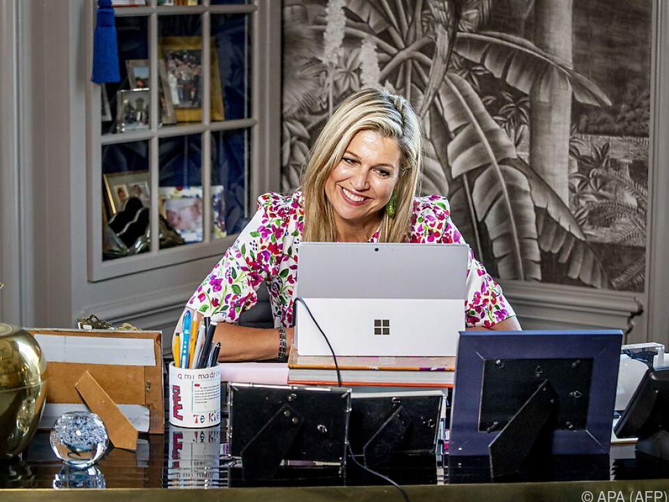 Die Königin nimmt Glückwünsche am Laptop entgegen