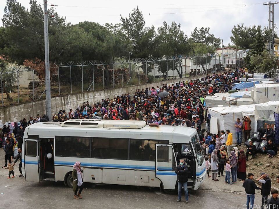 Dutzende Migranten verlassen überfülltes Lager von Moria