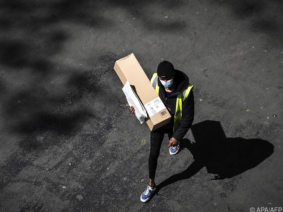 Ein Amazon-Lieferant mit Gesichtsmaske während des Lockdowns in Frankreich