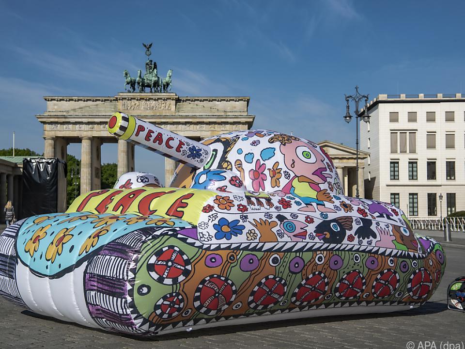 Ein bunter Panzer für mehr Frieden steht in Berlin