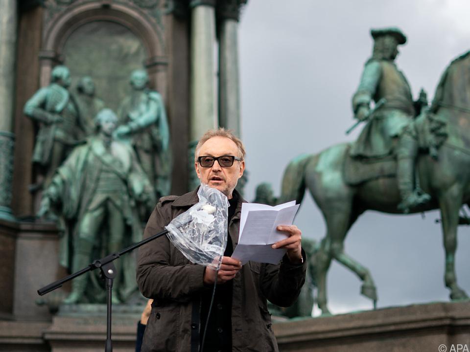 Josef Hader spricht vor Demonstranten am Maria-Theresien-Platz