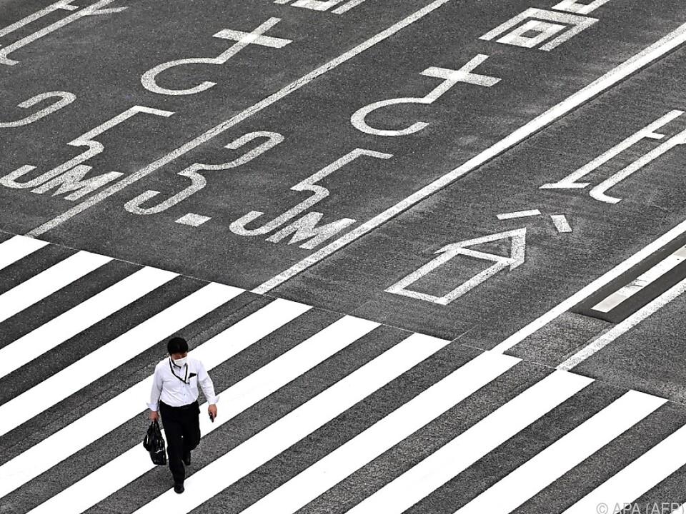 Menschen in Japan dürfen nun wieder hinaus, Geschäfte haben geöffnet