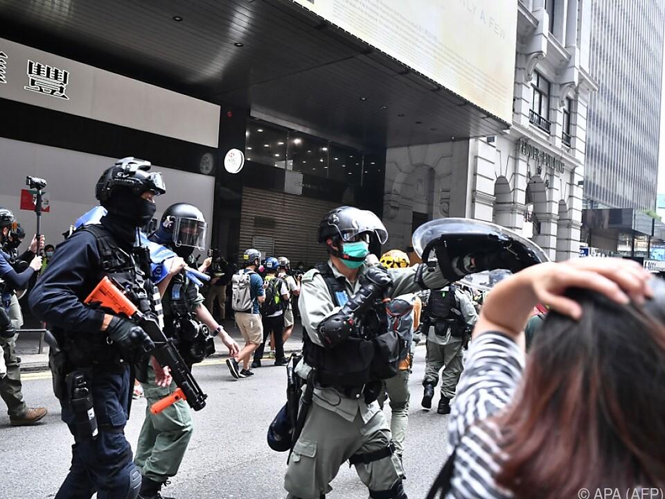 Polizei geht wieder hart gegen Demonstranten vor
