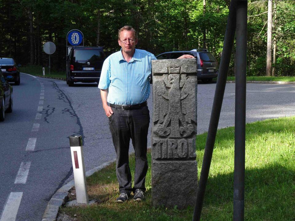 Roland Lang mit Tiroler Grenzstein