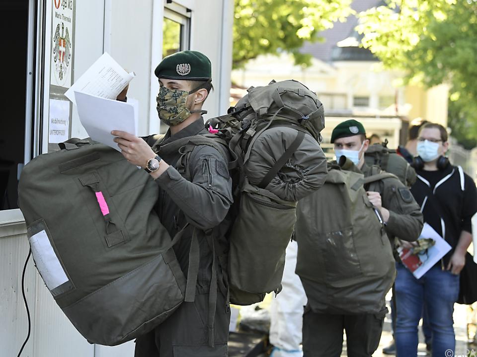 Schwerbepackt und maskiert in die Kaserne