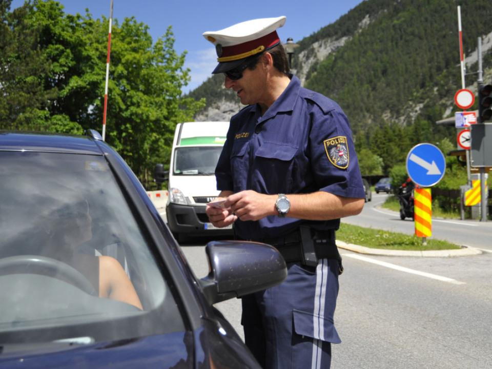 Skurrile Szenen am Grenzübergang Scharnitz