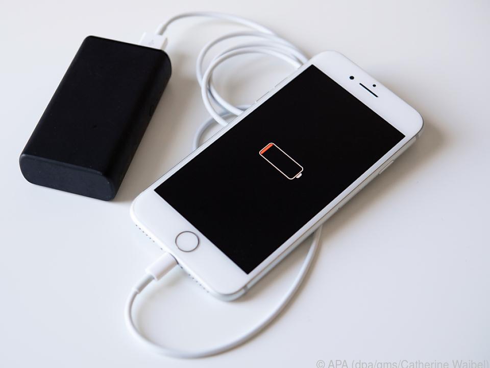 Mit einer Powerbank lässt sich ein Smartphone gleich zwei Mal laden