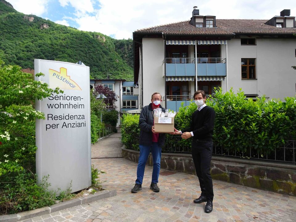 Übergabe+Schutzvisiere+an++Direktor+des+Seniorenwohnheimes+Pilsenhof+Terlan+