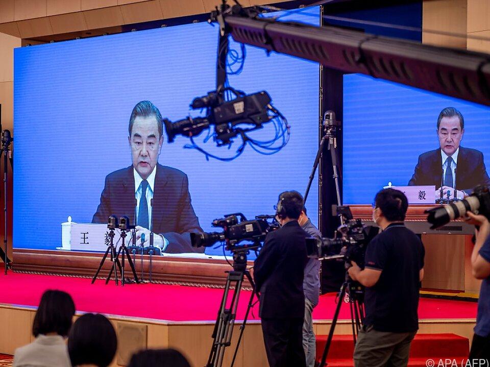 Wang Yis Rede wurde für Journalisten auf Bildschirm übertragen