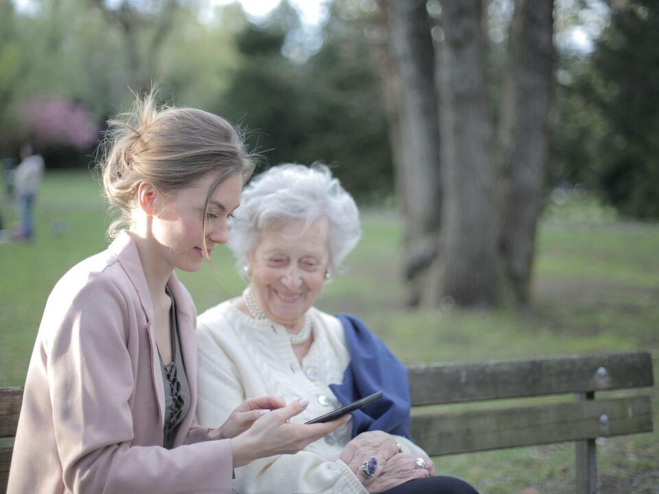 Die Besuche in Seniorenwohnheimen können künftig unter gelockerten Bedingungen stattfinden. altersheim pflege