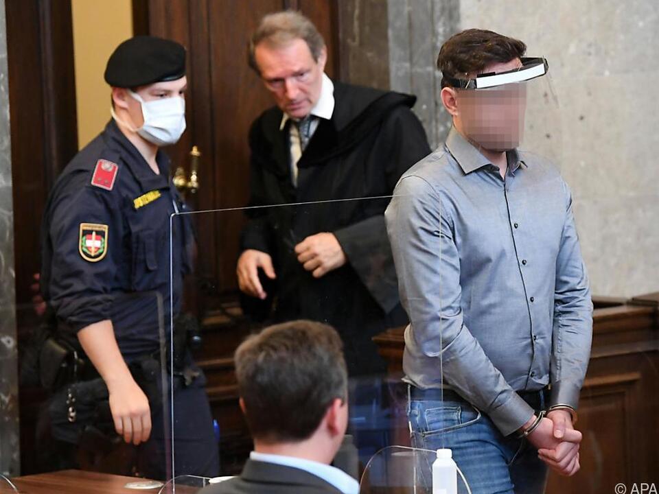 Angeklagter erscheint vor Prozessbeginn vor Gericht