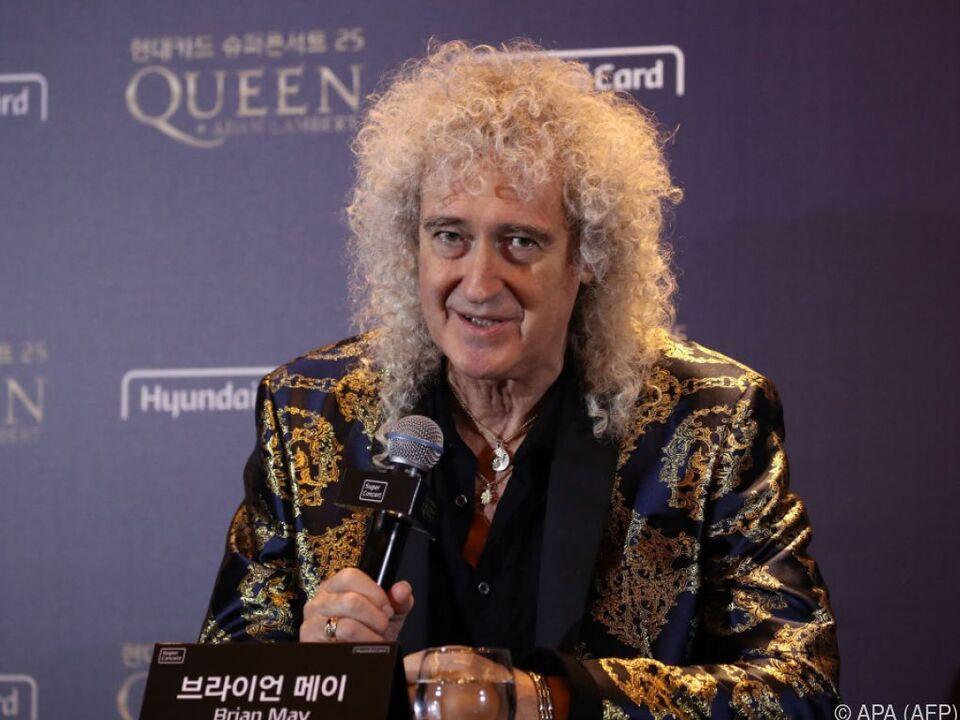 Brian May freut sich über die Briefmarken