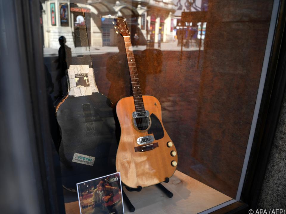 Cobain spielte auf der Gitarre bei \