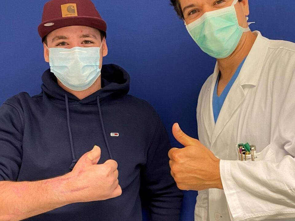 Daumenrekonstruktion - Patient (li.) und Lorenz Larcher