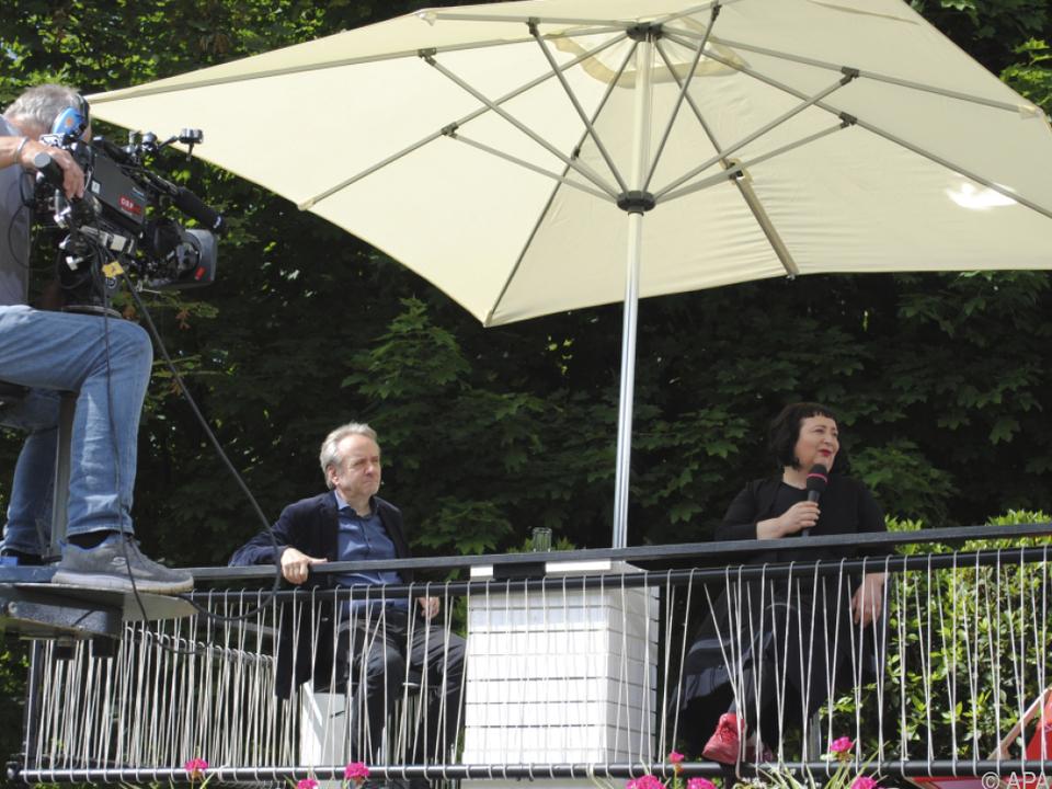Die Kommentatoren Julya Rabinowich und Heinz Sichrovsky im Garten