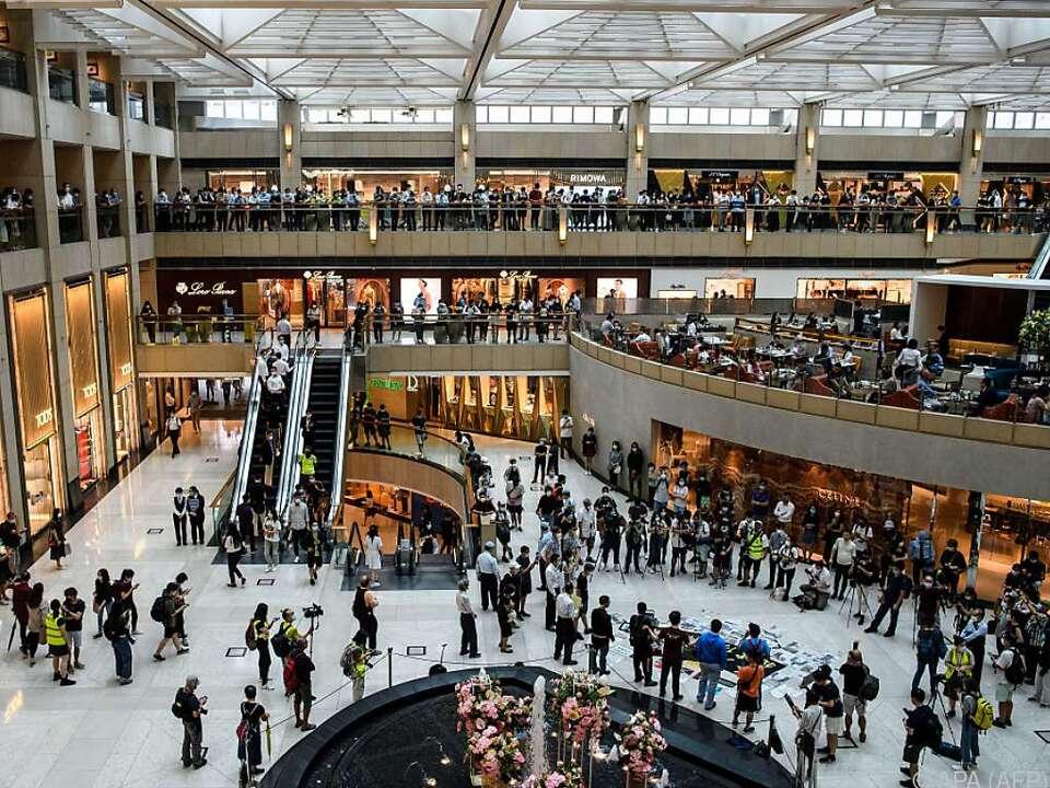 Dutzende Menschen versammelten sich in Einkaufszentren