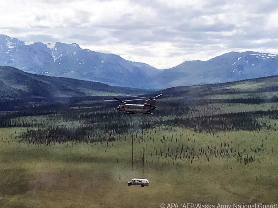 Ein Hubschrauber Flog den Bus aus