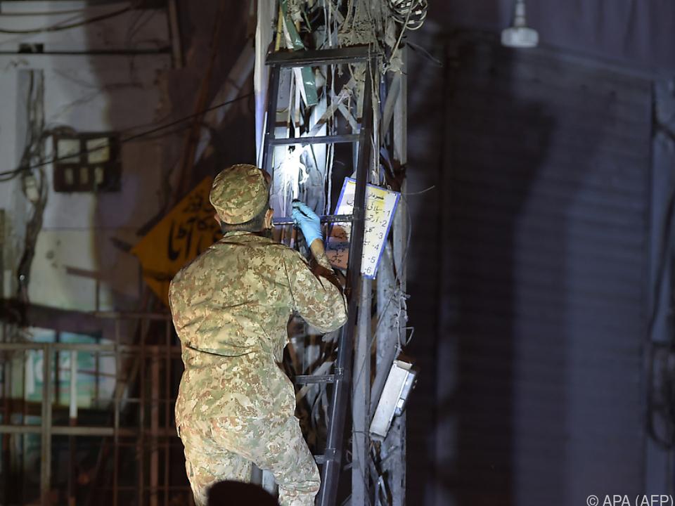 Ein Soldat inspiziert die Stelle, an der die Bombe explodiert ist