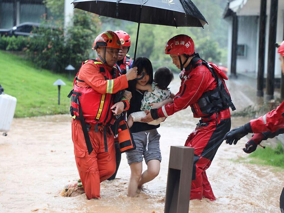 Evakuierung einer Frau mit Kind