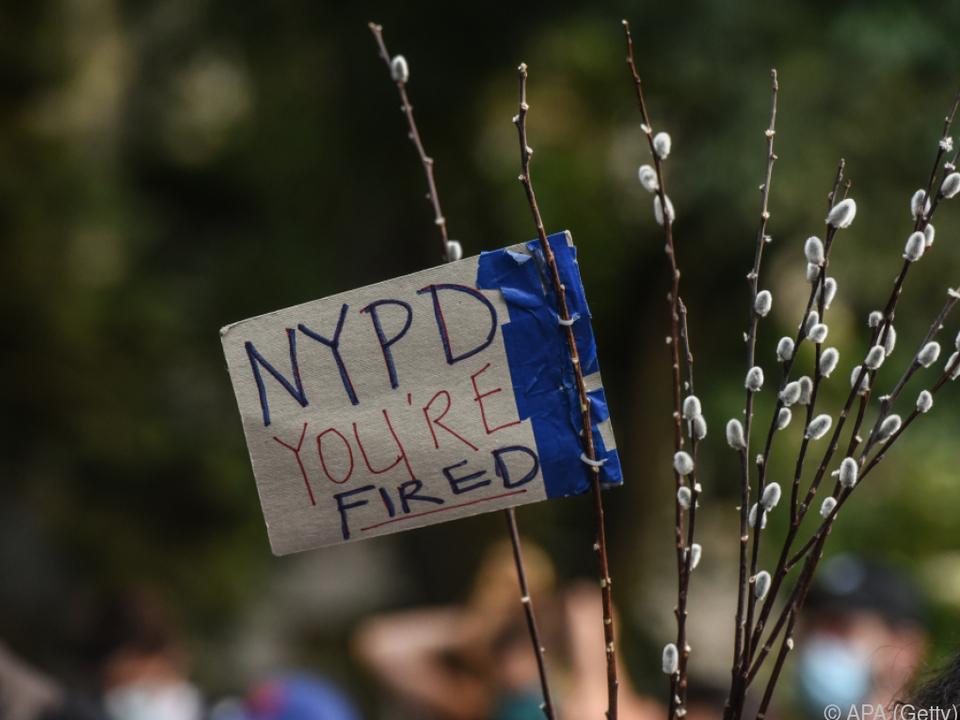 In New York wurde ein Polizist wegen eines Würgegriffs beschuldigt