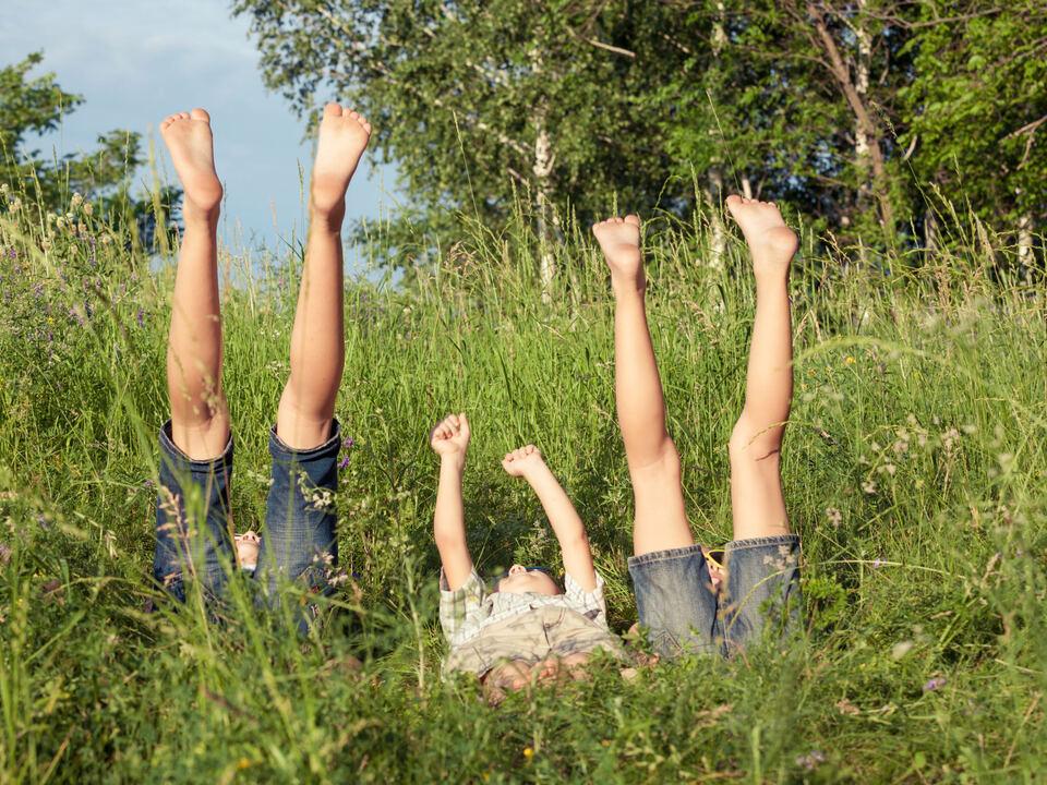 Kinderbeine im Gras