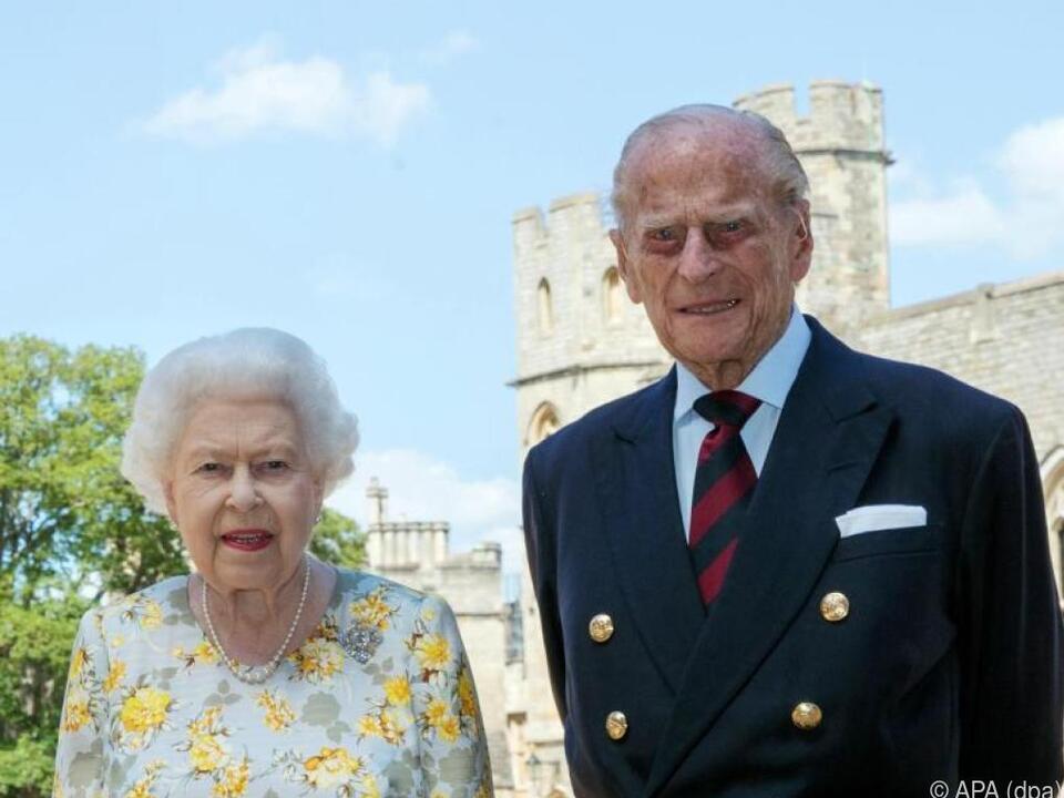 Königin Elizabeth II. und Prinz Philip vor Schloss Windsor