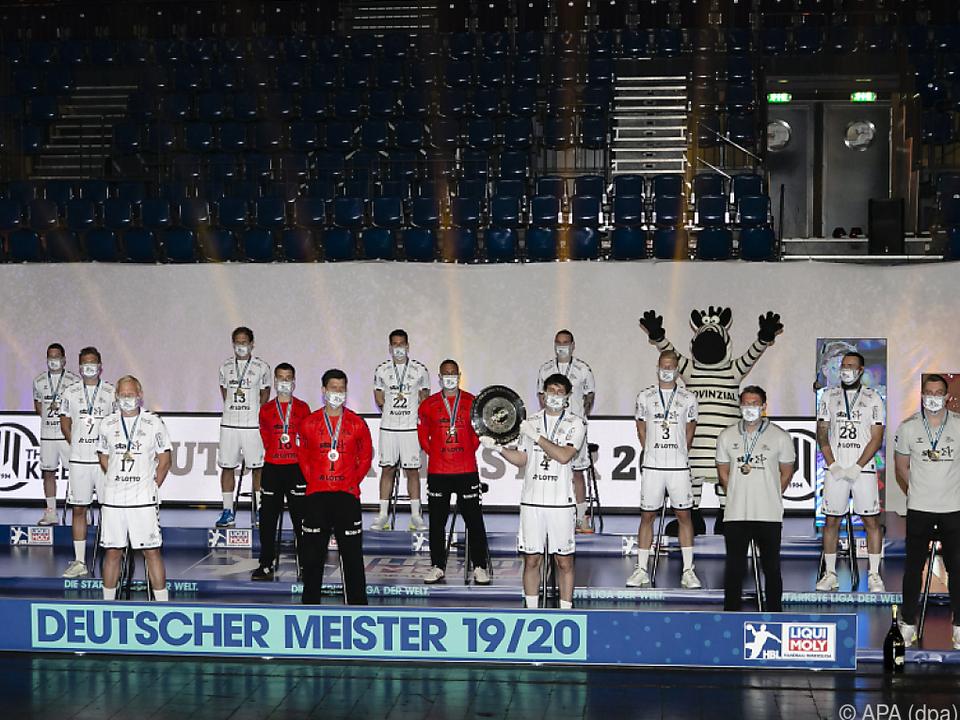 Mäßig glamouröse Übergabe der Trophäe an Meister THW Kiel
