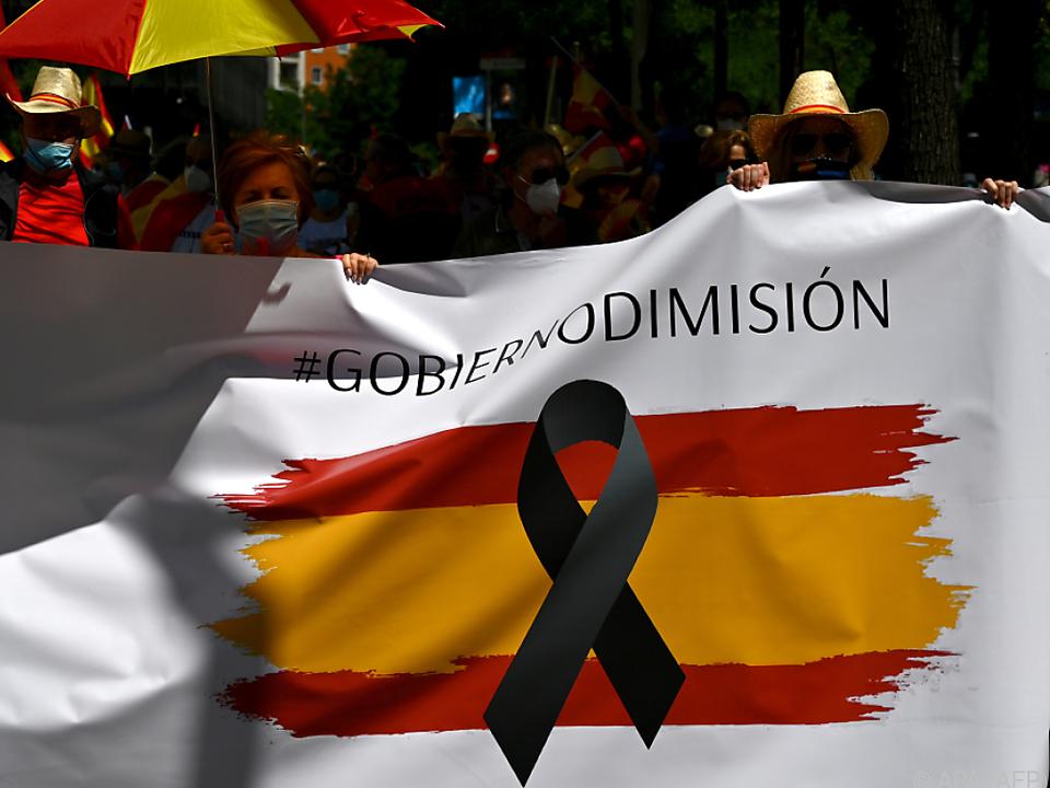 Menschen weisen auf die Notlage in Spanien hin