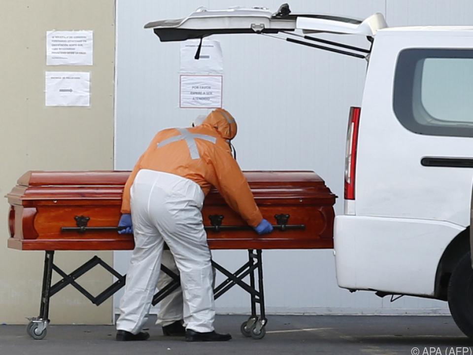 Mitarbeiter eines Bestattungsinstituts in Santiago