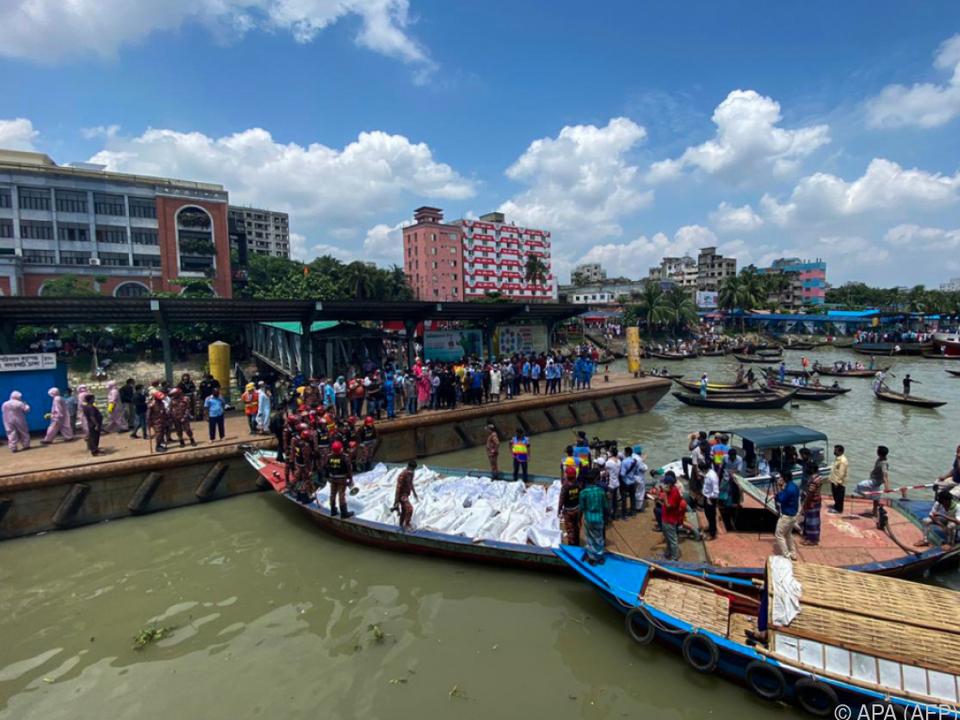 Rettungsboote bringen die Opfer ans Ufer
