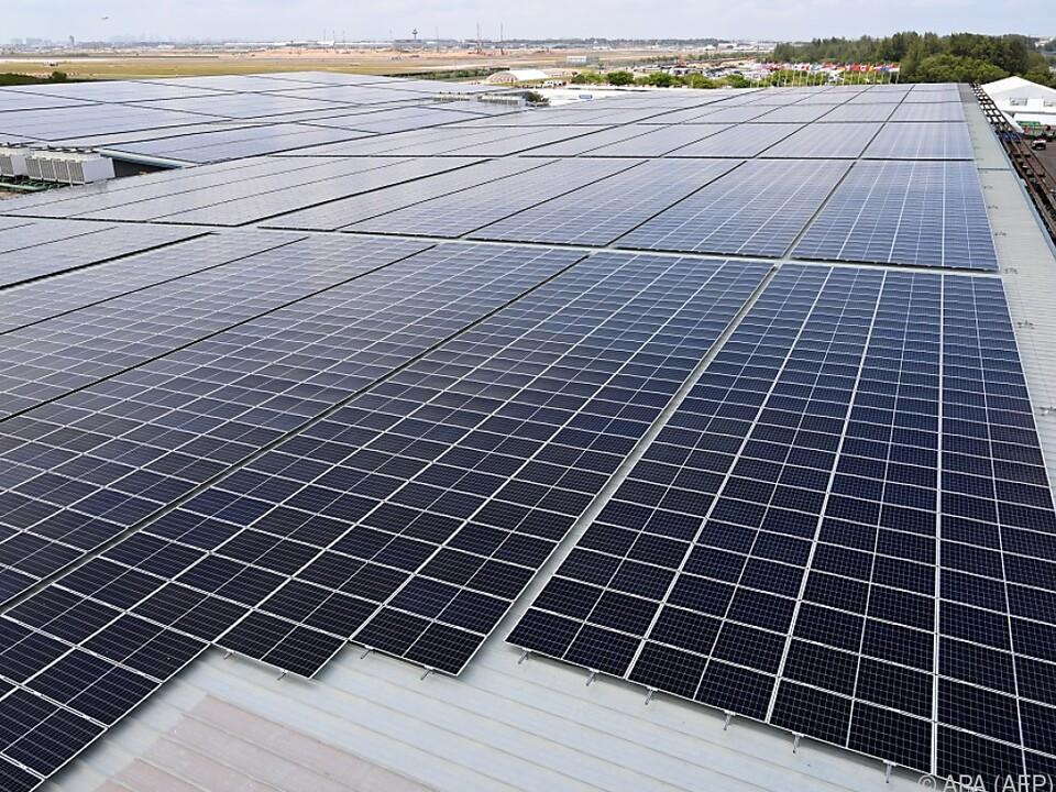 Solarzellen am Dach eines Hauses in Singapur
