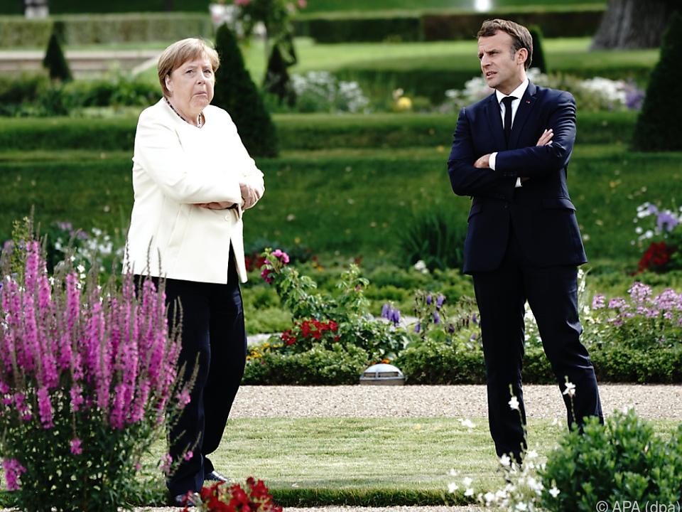 Treffen mit Abstand: Merkel und Macron in Brandenburg