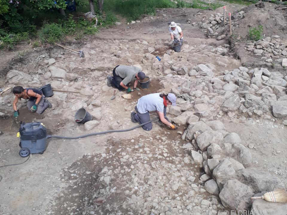 Unter Steinverstürzen wurden mehrere Terrassen im Hang festgestellt