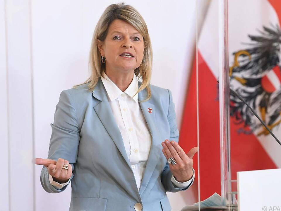 Verteidigungsministerin Tanner (ÖVP) will Überprüfungen vornehmen