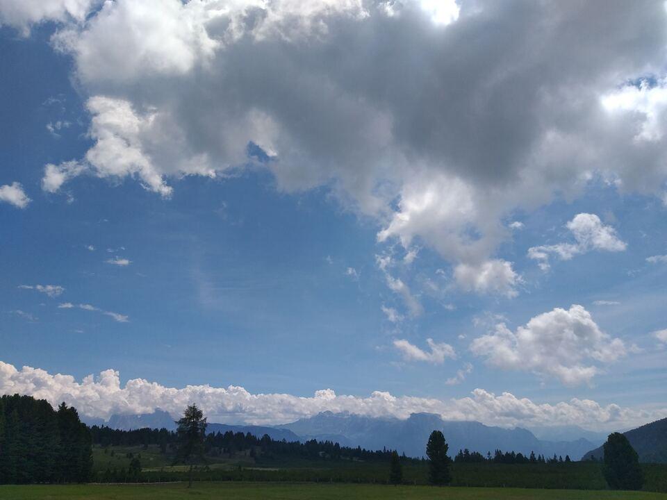 Viel Sonne und viele Wolken: Blick von der Villanderer Alm am Sonntag, 26. Juli (Foto: 1075839_Villanderer Alm sommer 26.Juli2020-mac