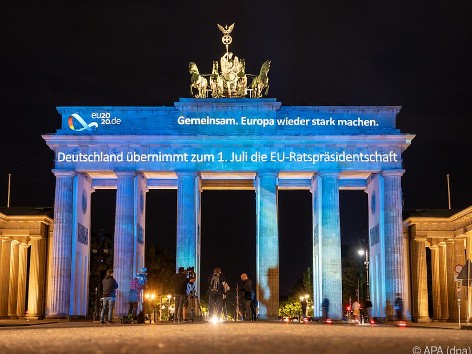 Animation am Brandenburger Tor markiert den Vorsitz-Beginn