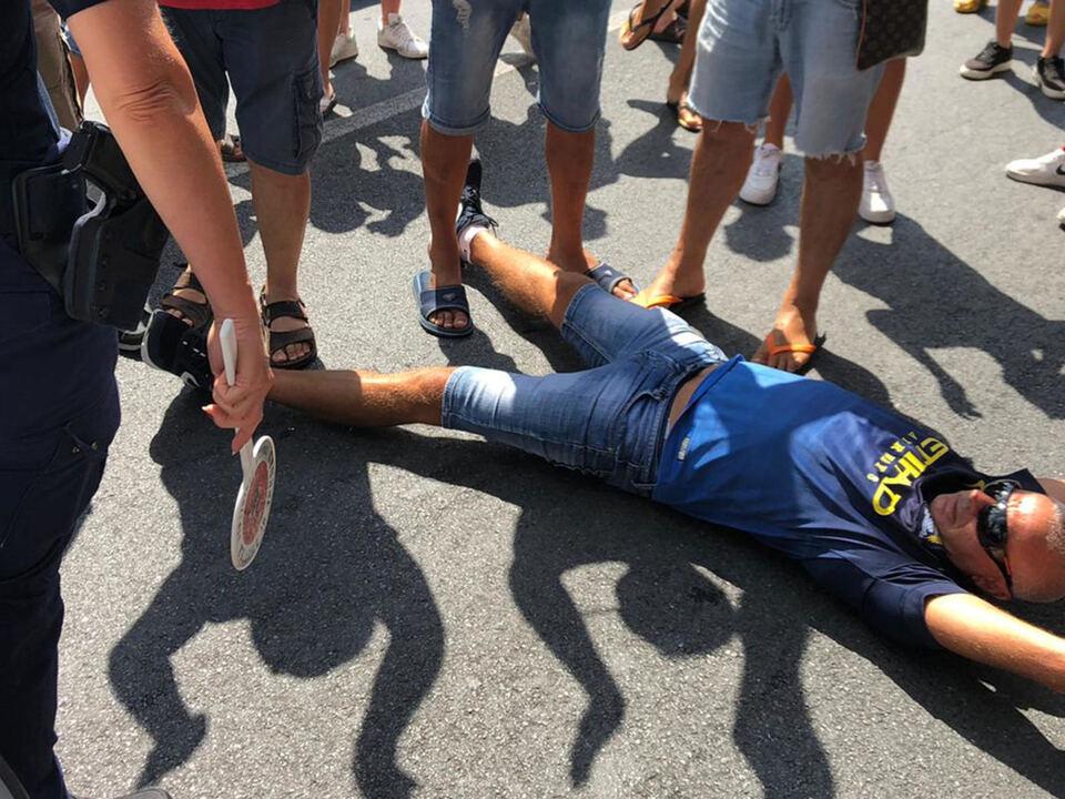 La protesta di alcuni residenti per l'arrivo di 13 migranti positivi al Covid 19, sbarcati  a Roccella Jonica che hanno bloccato a statale SS 18 ad Amantea (Cosenza), 12 luglio 2020, athesiadruck2_20200712214119678