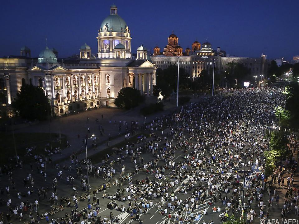 Demonstranten setzten sich auf die Straße vor dem Parlament